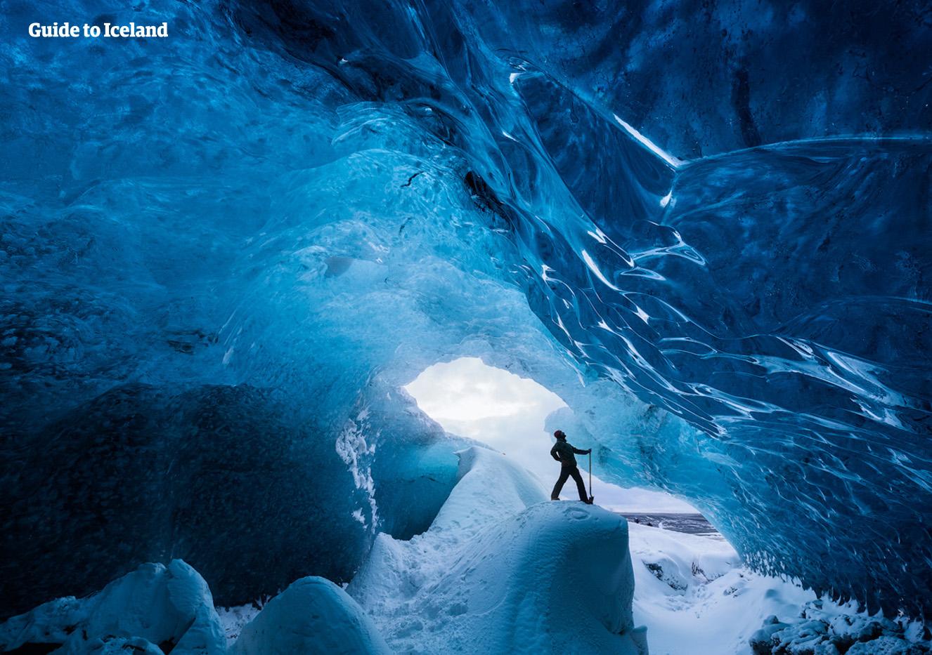氷の洞窟探検はアイスランド観光のハイライト、参加した人にとっては忘れられない体験になるだろう