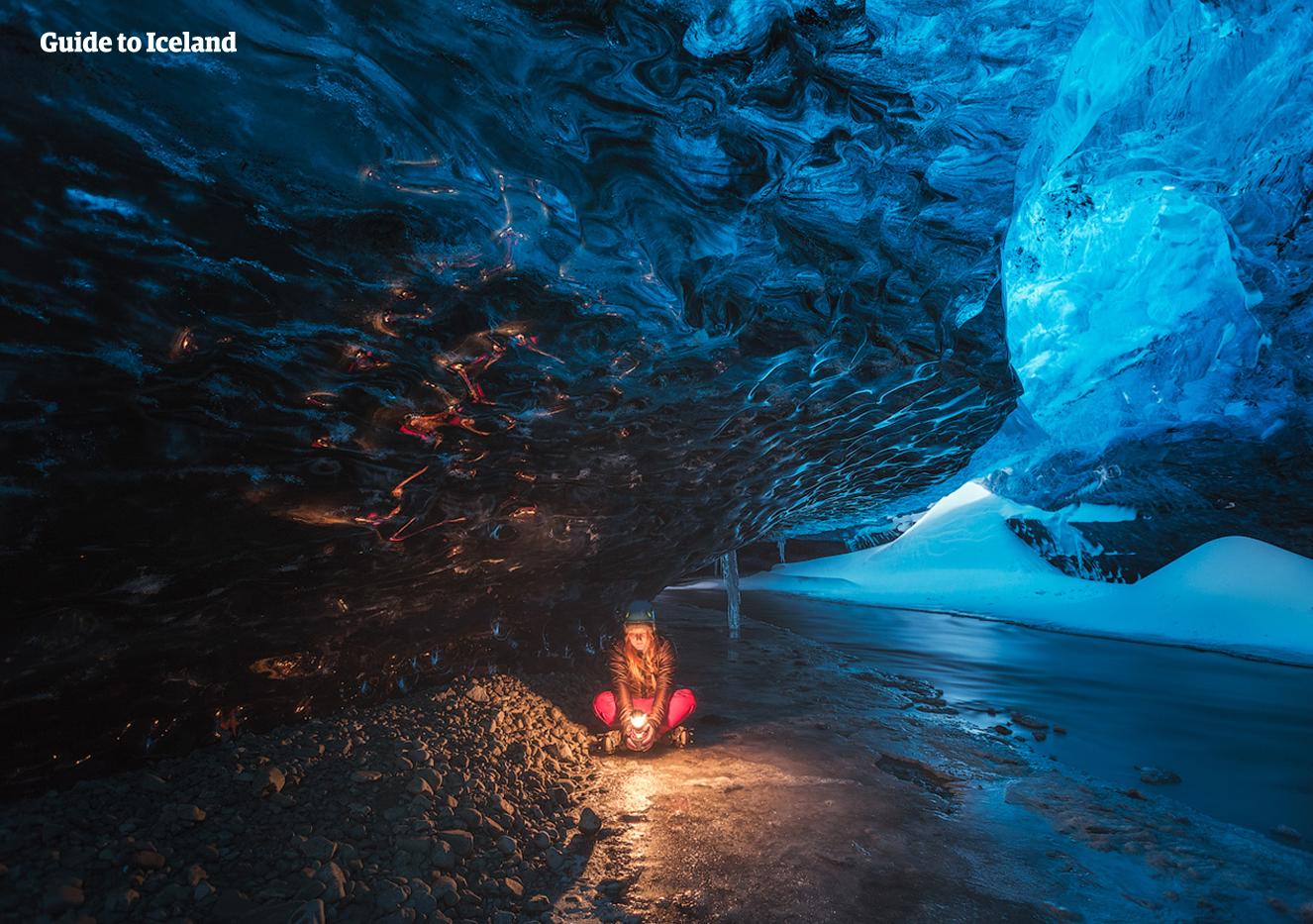 11月から3月の間に限り味わえるスーパーブルー氷の洞窟