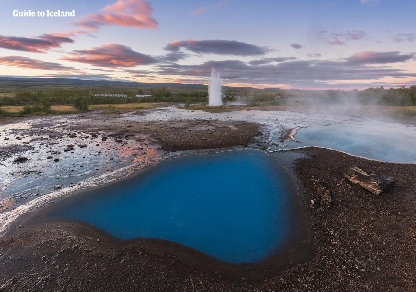 ストロックル間欠泉など多くの地熱活動の様子が見学できるゲイシールのエリアは、アイスランド観光には欠かせない