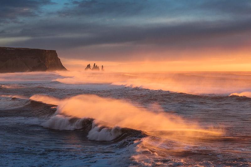 远观傲立于大西洋巨浪中的Reynisdrangar雷尼斯岩柱