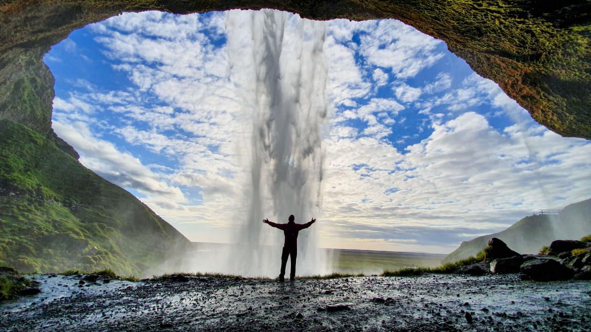 El géiser Strokkur entra en erupción de forma natural cada pocos minutos, para el deleite de los visitantes del valle de Haukadalur.